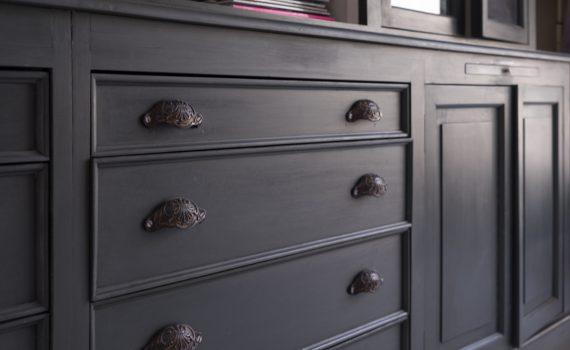 Les poignées donnent du style à un meuble. Il en existe une multitude. Je vous aide à choisir !
